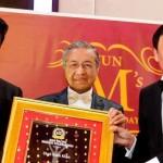 Shahrukh Khan Gets Award in Malaysia