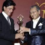 Shahrukh Khan Gets Award in Malaysia-6