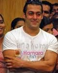 Salman Khan Gives Medical Aid to Cancer Patients-9