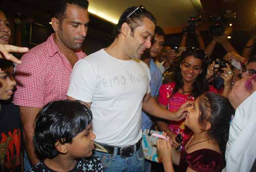 Salman Khan Gives Medical Aid to Cancer Patients