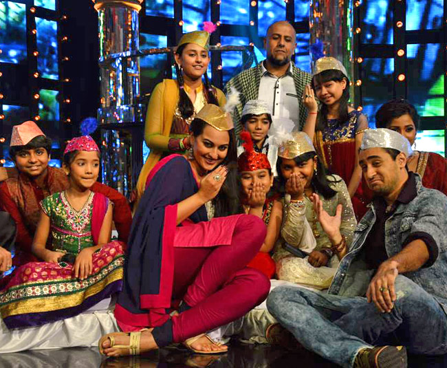 Sonakshi and Imran Khan in Indian Idol junior Qawwali special Sonakshi and Imran Khan in Indian Idol junior (Qawwali special)