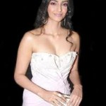 Sonam Kapoor loves to signed books by authors-6